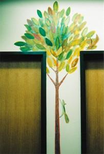 木に登るリス